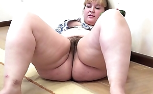 A broad in the beam woman to a muted cum-hole masturbates to a cucumber