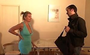 Bourgeoise se fais enculer sur son canapé lors d'un entretien d'embauche